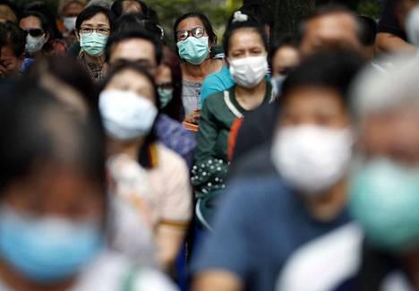 Hengityssuojaimien kysyntä on ylittänyt vauhdin, jolla niitä ehditään valmistamaan. Suojaimia jonotettiin viikonloppuna Thaimassa, joka on yksi Kiinan ulkopuolisista maista, johon koronavirus on levinnyt.