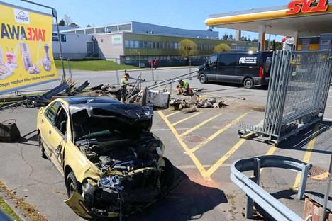 Nortamonkadun ST1 -huoltoasemalla aloitettiin maanantaina vahinkojen selvitys ja korjaustyöt. Törmäilijän auto oli edelleen odottamassa noutoa.