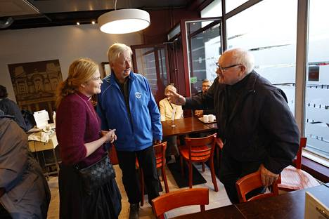 Piispa Mari Leppänen kävi lauantaina Porissa tapaamassa seurakuntalaisia Petra's Cafessa, sekä tutustumassa yhteistyötahoihin. Jouko Luippa ja Antti Linnainmaa (oikealla) keskustelivat piispan kanssa.
