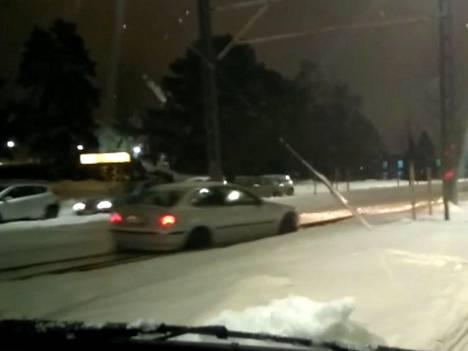 Kuvakaappaus videolta, jossa henkilöauto eksyi ratikkakiskoille ja juuttui kiinni. Katso video alta.