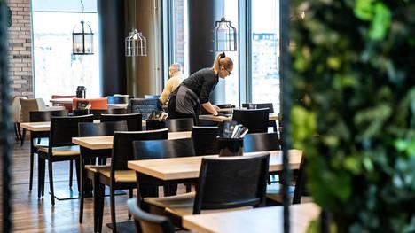 Myös Pirkanmaalla ravintolat voivat avautua kuuden viikon sulun jälkeen aukiolorajoituksia ja muita tiukkoja koronaohjeita noudattaen. Kuva on otettu Ratinan kauppakeskuksessa koronapandemian alussa 19.3.2020.