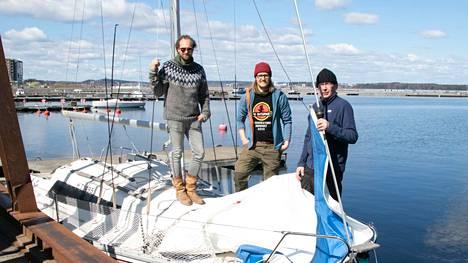 Jukka Salovaara (keskellä) oli viime kesänä Tuomas Rikumatin mukana purjehtimassa ja haaveilu moottoriveneestä vaihtui purjeveneeseen. Juho Saarelta löytyi sopiva. –Nyt alkaa harjoittelu. Tämä on sellaista hommaa, joka opitaan tekemällä. Vasta varmuuden jälkeen uskallan lähteä perheen kanssa vesille, Salovaara sanoo.