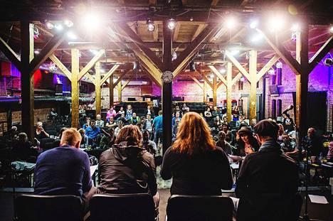Rakastajat-teatterin esitykset on peruttu 12.4. saakka. Arkistokuva Kehräämöstä on vuodelta 2014 Lainsuojattomat-festivaalista, 24 H -näytelmän lukuharjoituksista.