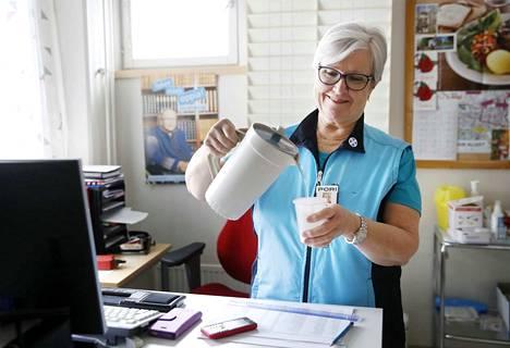 Eija Sulonen soittaa työpäivän aikana parhaimmillaan toistasataa puhelua. Terveydenhoitaja pitää huolta äänestään juomalla riittävästi vettä.