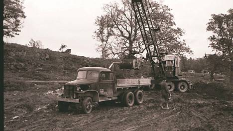 Maansiirtotöitä piti tehdä paljon ennen kuin jalostamon laitteita päästiin asentamaan.