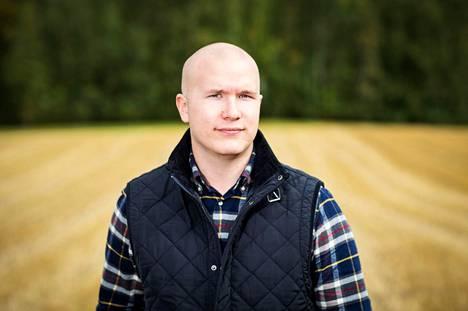 Soilfoodin toimitusjohtaja Eljas Jokinen kuvattiin pellolla syksyllä 2016. Yritys aikoo nyt tuottaa pirkanmaalaisten biojätteestä lannoitetta viljelijöille.