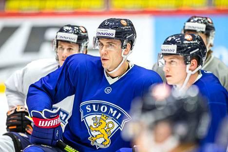 Jori Lehterä (keskellä) harjoitteli tiistaina leijonapaidassa.