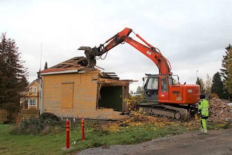 Vanhan lihantarkastamon purkutyöt alkoivat torstaina 3. lokakuuta. Perjantaina merkittävä osa rakennuksesta oli jo purettu.