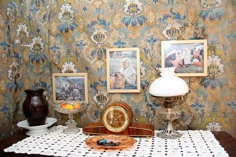 Salin seinissä on alkuperäinen tapetti 1910-luvulta.