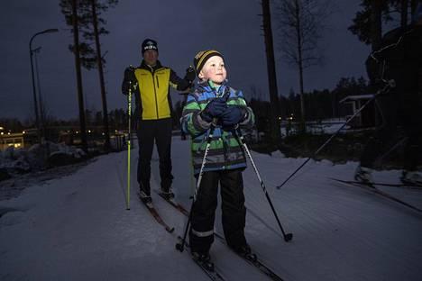 Anselmi Heikkilä, 5, edellä ja Marko Heikkilä pääsivät ulkoladulle. Tänä vuonna he ovat käyneet jo neljä kertaa hiihtoputkessa. Anselmilla on alkamassa kolmas vuosi suksilla.