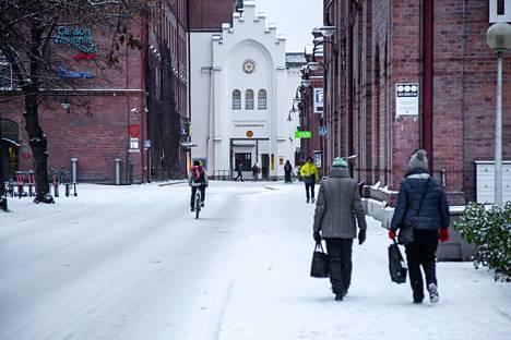 Vielä perjantai-aamuna oli tavanomainen talvikeli. Lumen sulaessa illalla alkoivat ongelmat.