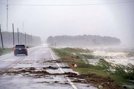 Rankkasateiden aiheuttamat tulvat vaikeuttivat liikkumista Yhdysvaltojen eteläosassa keskiviikkona.