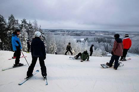 Näin komeaa oli jo kuukausi sitten Mustassavuoressa Tampereella. Hiihtokeskukset ja muut ulkoliikuntapaikat saisivat olla auki.