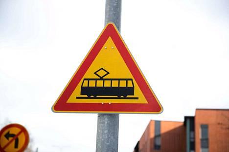 Raitiotien varoitusmerkki kertoo, että ratikka voi olla lähellä.