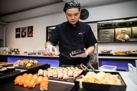 Ravintola Konnichiwan kokki Dong Xian Yong kokosi Resq-annosta ravintolan buffet-pyödästä.