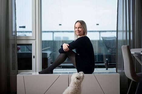 Riina Laaksonen jätti kotikaupunkinsa taakseen Tampereen Messukylän lukiosta valmistuttuaan. Nykyisin hän asuu perheensä kanssa Helsingissä. Kuvaan pääsi myös perheen 11-vuotias Robin-koira.