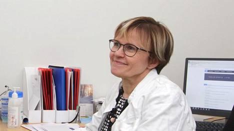 Nokian kaupungin tartuntataudeista vastaava lääkäri Raija Järvenpää suosittelee koronatestiä heti, kun flunssan oireita ilmenee. Kuumetta ei tarvitse jäädä odottelemaan.
