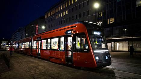 Tampereen raitiotien liikenne alkaa elokuussa. Tiistaina Tampereelle saapui jo kymmenes raitiovaunu. Kuvan vaunu ajoi ensimmäistä kertaa pimeällä testiajoa Tampereen keskustassa 24. maaliskuuta.