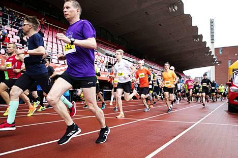 Maraton sai satoja juoksijoita Ratinaan, vaikka peruutuksiakin tuli kisaajien omien koronaepäilyjen takia.