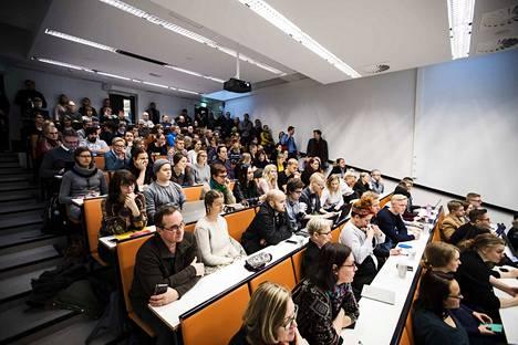 Yliopistot eivät hylkää lähiopetusta kokonaan, mutta turvallisuudesta pyritään huolehtimaan väljyyttä ja etäopetusta lisäämällä. Arkistokuva Tampereen yliopistosta.