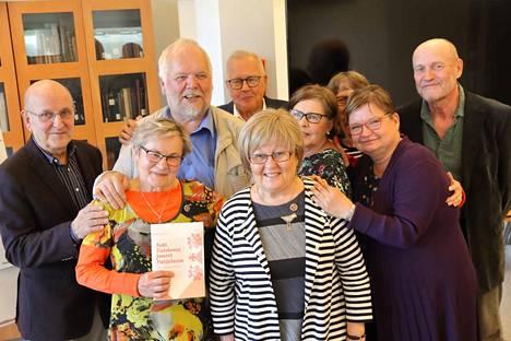 Altti Koivisto (oikealla) kirjoitti Raision Karjalaseuran 60-vuotishistoriikin. Julkistamisessa kuultiin Anneli Minksin lausuma livvinkierlinen kasku, jonka voi käydä katsomassa Rnnikkoseudun facebook-sivuilta.