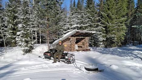 Vapaaehtoisten tekemät hiihtoladut antavat kuntoilijoille lisää valinnan varaa. Tarmo Humppi tekee vapaaehtoisena hiihtolatuja Riihosperälle.