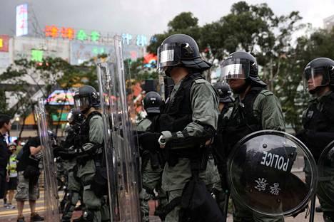 Poliisit vartioivat luovutuslakia vastustavien ihmisten mielenosoitusta Hongkongissa heinäkuun puolivälissä.