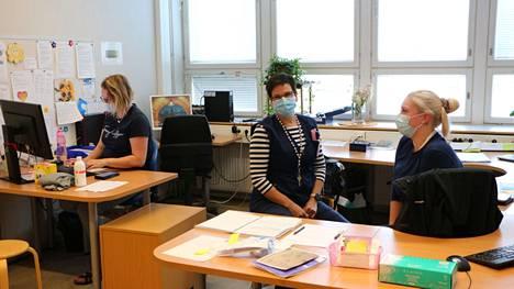 Jaana Vähäsantanen, keskellä, on viihtynyt hyvin työssään PoSan kotihoidossa. Sairaanhoitaja Merja Mäkelä aloitti puoli vuotta sitten samassa tiimissä ja lähihoitaja Vilhelmiina Manninen on tehnyt sijaisuutta pari vuotta.