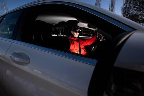 Ajaminen on Toni Lehtoselle tärkeä henkireikä ja sujuu hyvin yhdelläkin kädellä. Amputaation jälkeenkin hän on jatkanut automatkailua ulkomailla.