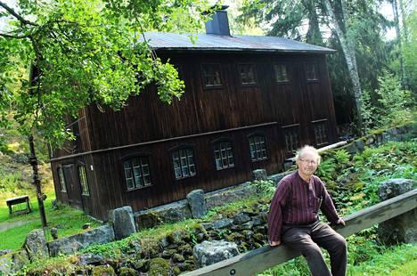 Kuvanveistäjä Ari Virtasen työpajalla on kokoa. Kaksikerroksisen tilan kätköistä löytyvät muun muassa puusepän verstas ja kivityöskentelytila. Sastamalan Wanhat Talot -tapahtumassa pajan yläkerta on suljettu, eikä Virtasen teoksista saa ottaa kuvia.