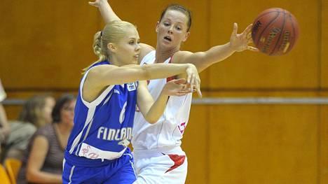 Koripalloilija Vilma Kesänen on hyödyntänyt urheilussa oppimiaan taitoja sittemmin työelämässä. Kuvassa Kesänen ja Puolan Weronika Idczak koripallon EM-karsintaottelussa vuonna 2013.