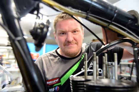 Juha Helenius on toiminut Koitto Motoservicen yrittäjänä pari vuotta. – Tämän työn parhaat puolet tulevat siitä, kun voin olla avuksi ja asiakkaat lähtevät täältä hymyt kasvoillaan.