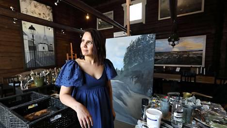 Asfalttiviidakko- ja Perutaan häät -hiteistä tunnetusta Anne Mattilasta tuli koko kansan iskelmätähti jo teininä. Usein artistit kiertävät keikkalavoja vuosikymmenestä toiseen, mutta Mattila on vaihtanut kiertue-elämän taidekahvilan pitämiseen ja suurimman intohimonsa toteuttamiseen, eli maalaamiseen.