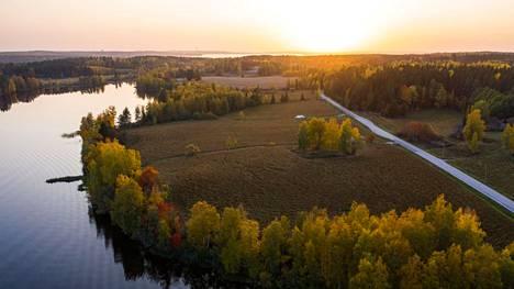 Tämä ruskakuva otettiin Tampereen Aitolahden Aitoniementieltä, Ruokosen kohdalta 28. syyskuuta 2020. Pohjois-Tampereen uusi yleiskaava tarkastelee, missä laajalla alueella voitaisiin osoittaa lisärakentamista tulevaisuudessa.