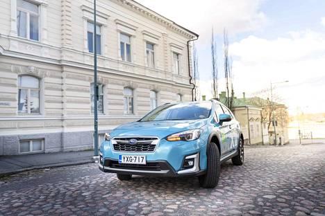 Lagoon Blue Pearl -sävyisen Subaru XV e-Boxerin kirveellä veistetty muotoilu erottuu sopivasti Porin Teatterikadulta olematta liian ärsyttävä tai liian pyöristelty helmi.