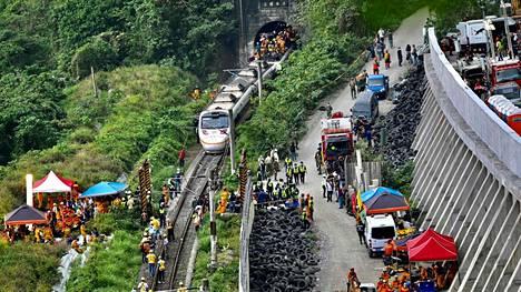 Taiwanin junaturmassa kuoli ainakin 50 ihmistä. Täpötäyden junan epäillään törmänneen lava-autoon, joka oli valunut kiskoille läheiseltä rakennustyömaalta.