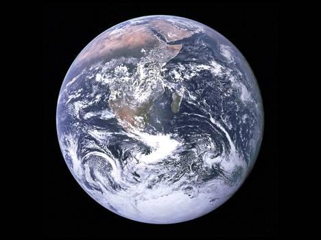 Kun asteroidi ohittaa maapallon (kuvassa) 5 miljoonan kilometrin etäisyydeltä, se on tähtitieteilijöiden asteikolla lähellä.