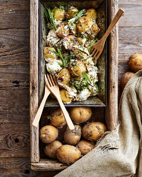 Lämpimän perunasalaatin potut paistetaan ensin voissa ja sekoitetaan sitten sinapilla ja yrteillä maustettuun ranskankermaan.