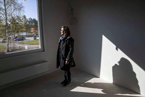 Kylmäkosken kirkonkylän koulun johtaja Heli Hotti-Paananen on iloinen siitä, että tiloista ja omasta huoneesta on näkymät Lumijoelle.