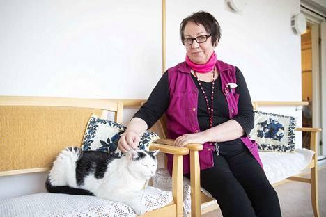 Ulla-Riitta Jokiniemi työskentelee hoitajana Pappilanlammen palvelukeskuksessa Ulvilassa. Kun hoivalaitoksen ovet on koronaviruksen vuoksi suljettu vierailta, asukkaille seuraa pitää myös kissavanhus Otto. Se ilmaantui edellisen kissan kuoltua, eikä sitten enää lähtenyt mihinkään.