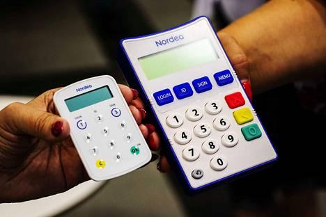 Uusia tunnistautumismenetelmiä ovat tunnuslukusovellus ja tunnuslukulaite. Tunnuslukulaitteita on kahdenlaisia. Vasemmalla on luottokortin kokoinen tunnuslukulaite ja oikealla puhuva tunnuslukulaite, joka sopii käyttöön näkövammaisille.