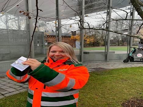 Peabin Sari Potter kantoi huolta liikenneturvallisuudesta tuomalla Moron heijastinpuuhun Laikunlavan viereen otettavaa.