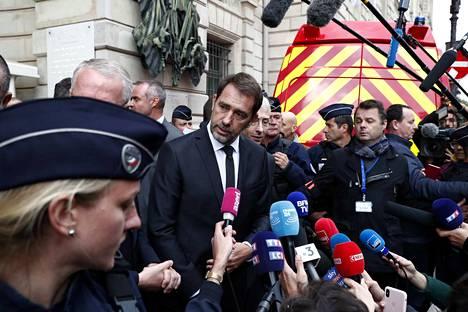 Ranskan sisäministeri Christophe Castaner kuvattiin torstaina veitsi-iskun jälkeen. Hän joutui viikonloppuna korjailemaan lausuntoaan, jonka mukaan hyökkääjän käytöksessä ei havaittu mitään poikkeavaa.