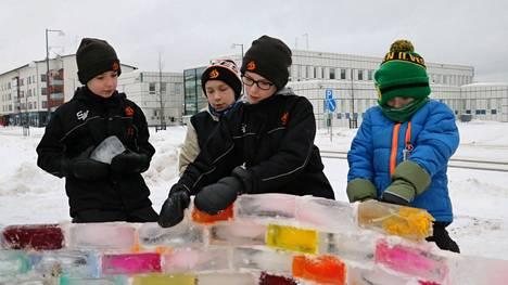 Viljami Lahti, Jonne Lahti, Veeti Lati ja Eemeli Lahti ottivat osaa jäälinnan rakentamiseen.