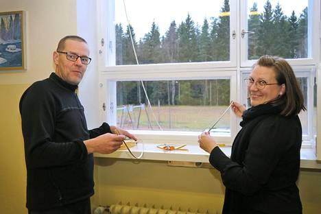 Pasi ja Olena Sandholm sanovat ikkunantiivistystalkoista tulleen myös Kaukolan kyläläisille kiva kohtaamis- ja tutustumispaikka.