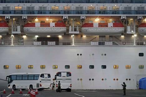 Risteilymatkustajia evakuoitiin busseihin Japanissa.