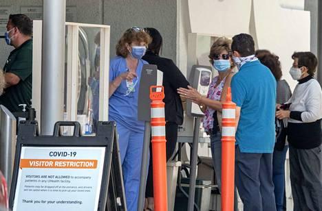 Ihmisiä jonottamassa Jackson Memorial sairaalaan Floridan Miamissa. Kuvistuskuva.