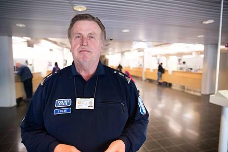 Veijo Niemi sai viimeisenä Pirkanmaan kansanedustajista tietää myöhään sunnuntaina, että hän pääsee eduskuntaan. Maanantaiaamuna seitsemältä Niemi oli jo työpaikallaan Tampereen pääpoliisiasemalla.