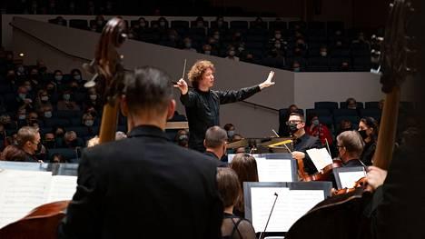 Santtu-Matias Rouvali johti Tampere Filharmoniaa syyskauden viimeisessä kahden konsertin illassa.