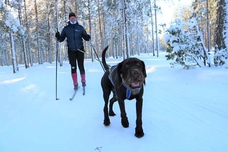 Messi nauttii päästessään hangelle juoksemaan. Krista Koskinen kokee tasapainon kehittyneen uuden harrastuksen parissa.
